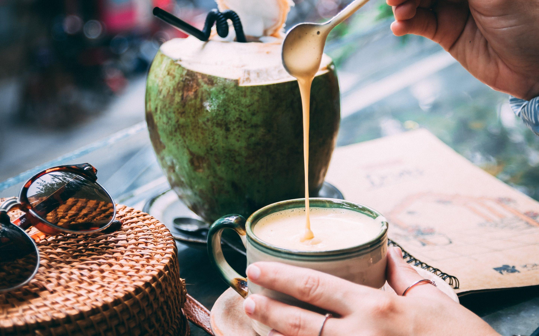 Neparasts kafijas dzēriens ar saldo krējumu un olu